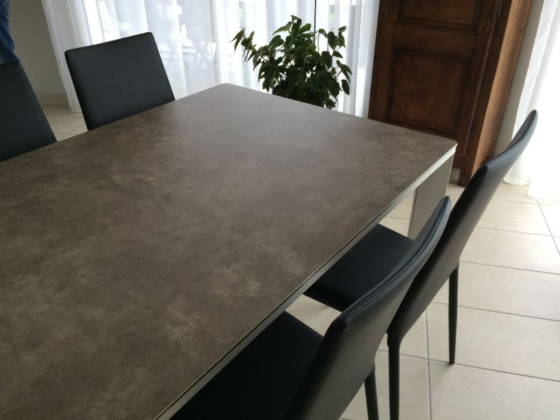 Entrepot contemporain for Table salle a manger en ceramique